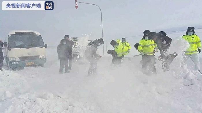 新疆阿勒泰地区哈土山道路掀起风吹雪风速达8至