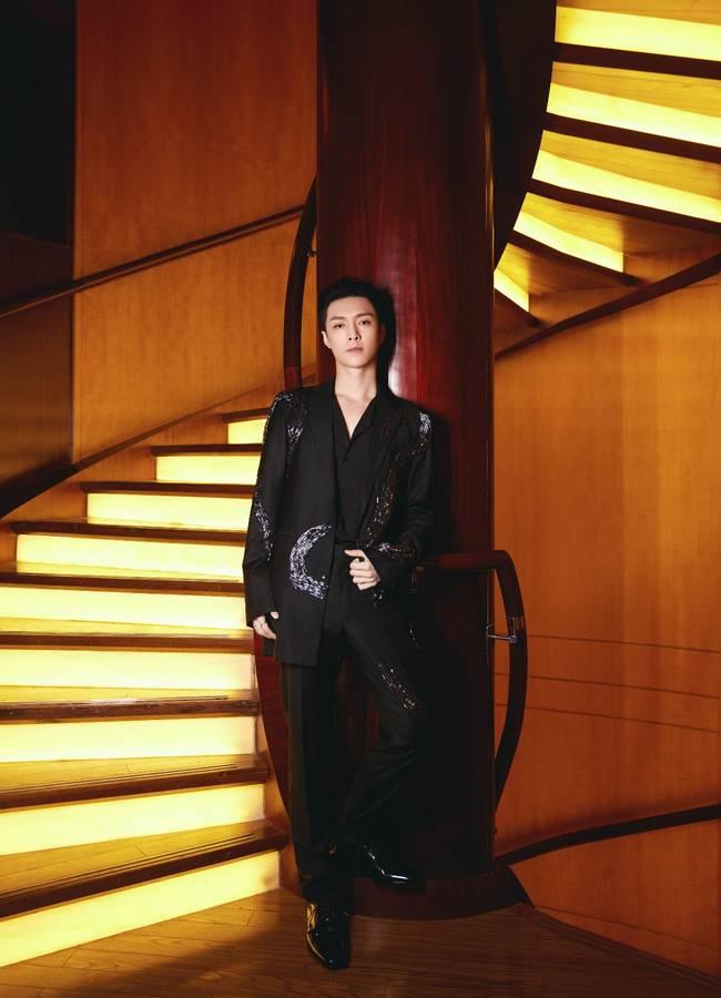 张艺兴银龙黑色西装个性潮流 all black穿搭演绎极简时尚