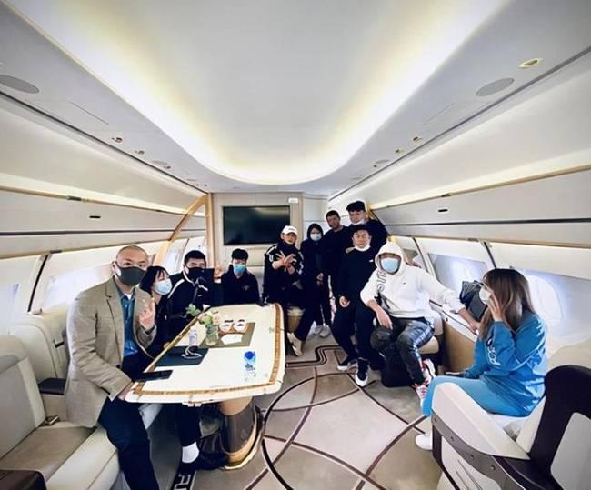 黄子韬彭昱畅同乘私人飞机 在空中打牌感情超好