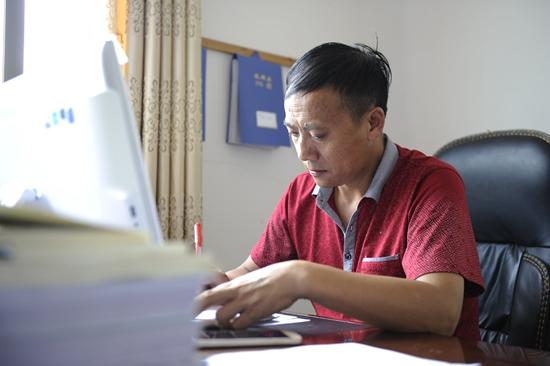 """安顺市首先进行""""三权""""促""""三变""""乡村股份制"""